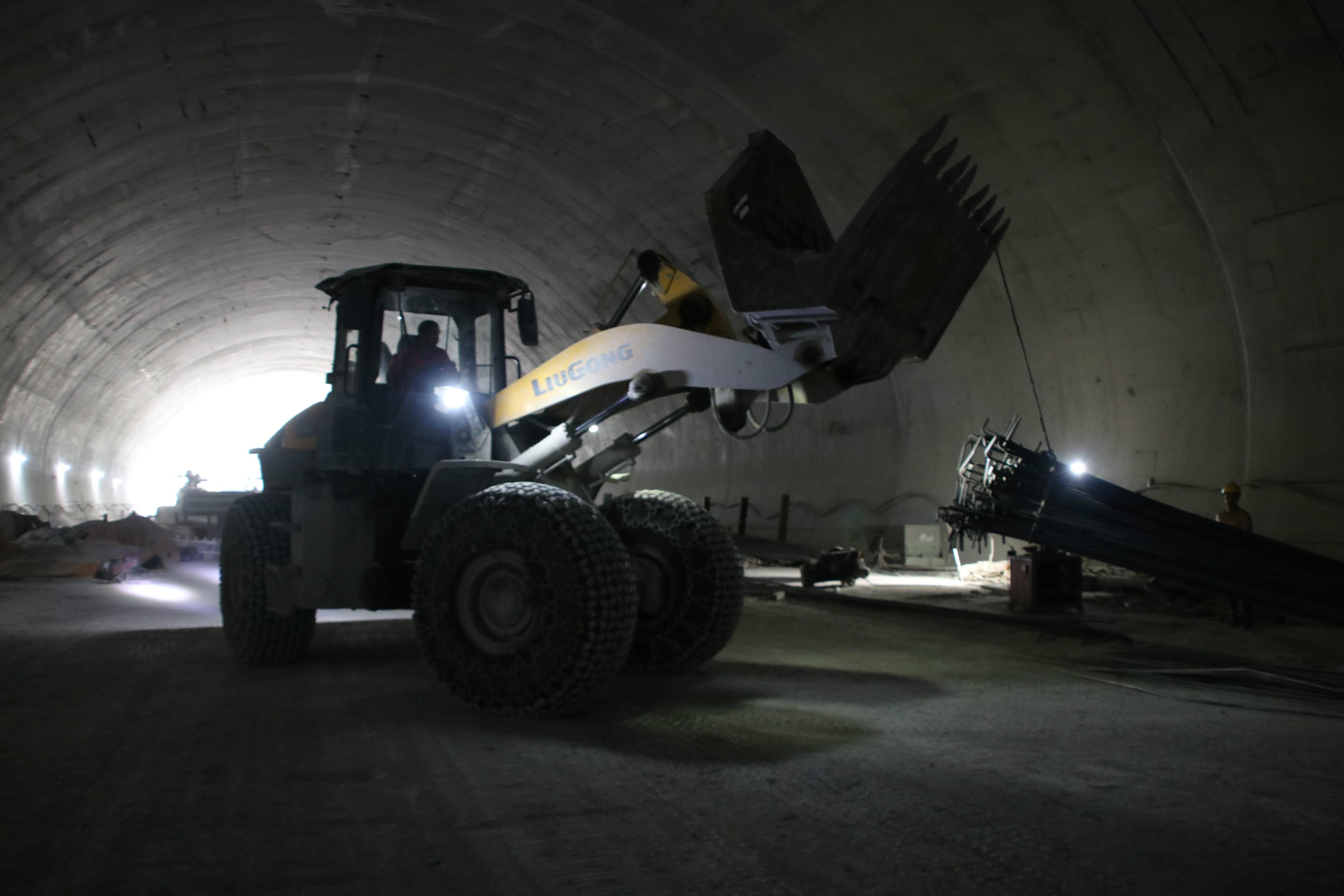 下北山2号隧道工人正在作业托运钢筋_meitu_3.jpg